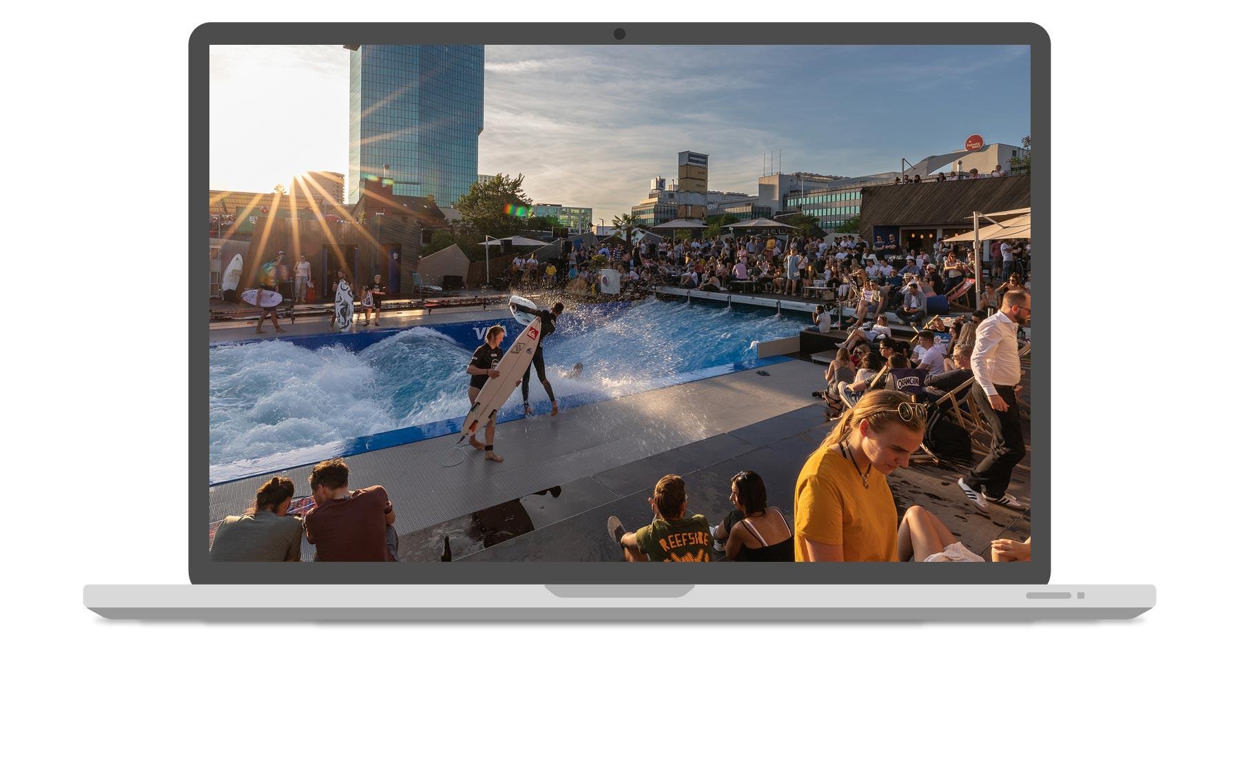 Venuzle Mac Mockup mit Foto von der stehenden Welle Urban Surf in Wien